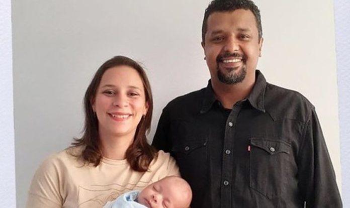 Ariana e Leonardo Werneck seguram nos braços o recém-nascido Emílio. (Foto: CEIZS)