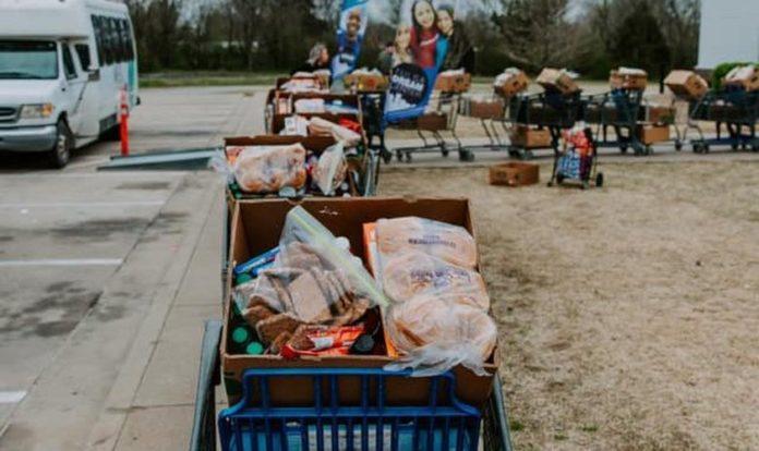 Igreja nos EUA está se mobilizando para alimentar famílias que perderam renda. (Foto: Victory Church)