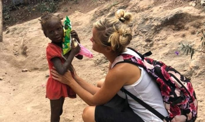 Missionária Lindsay Anderson com uma criança no Haiti (Imagem: Cortesia Lindsay / HSMS Haiti Anderson)