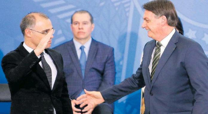 André Mendonça, novo ministro da Justiça, presta continência ao presidente Bolsonaro