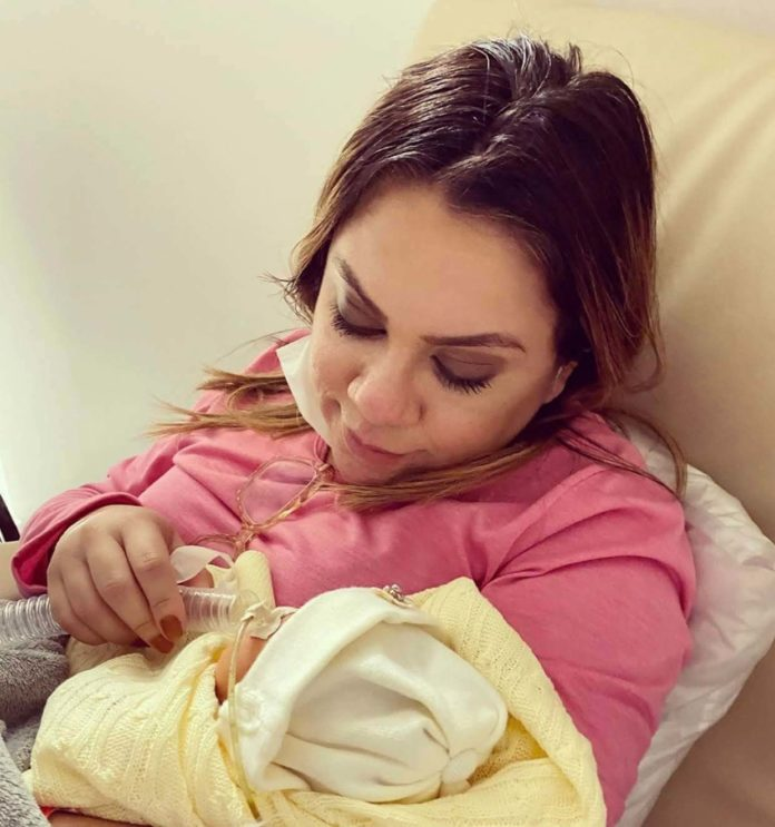 Filha da cantora Sarah Farias faleceu no hospital após duas semanas lutando pela vida.