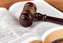 Martelo da Justiça sobre uma Bíblia