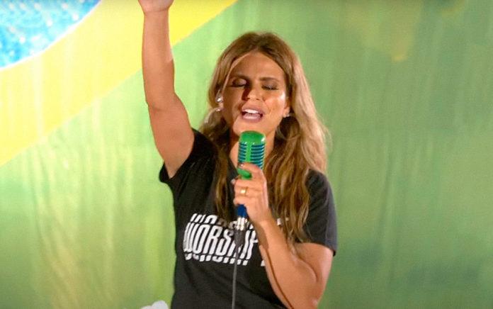 Em live no YouTube, a cantora Aline Barros arrecadou cerca de 50 toneladas de alimentos. (Foto: Reprodução/YouTube)