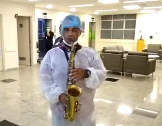 Pastor Kleber Ferraz tocou saxofone em hospital da Zona Norte de São Paulo.
