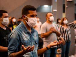 Fiéis participam de culto com máscara em meio a pandemia do coronavírus