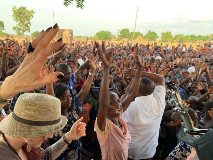 Cristãos durante culto de avivamento na Nigéria