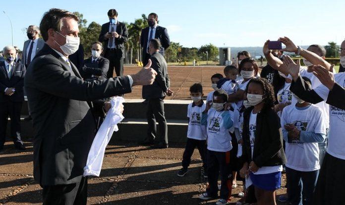 Jair Bolsonaro recebe crianças em Brasília em meio a pandemia do coronavírus