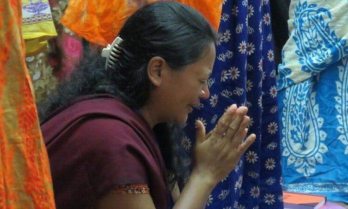Mulher cristã orando (foto ilustrativa)