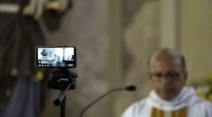 Missa de lava pés na Igreja Alto da Sé, em Olinda, sendo transmitida via internet no dia 9 de abril - FOTO: BRENDA ALCÂNTARA/JC IMAGEM