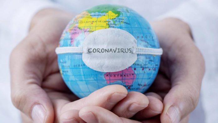 Mãos segurando o planeta Terra com uma máscara (Ilustração)