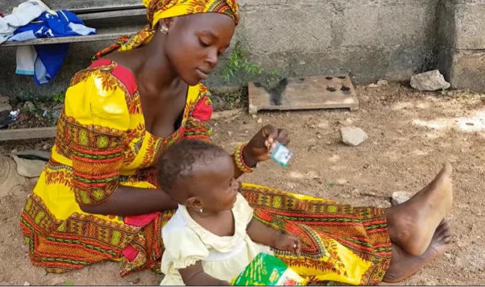 Mãe cristã perseguida na Nigéria com seu filho