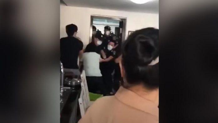 Fiel é arrastado por oficiais do governo da China