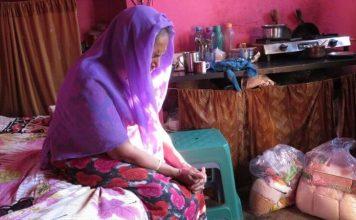 Na Índia, cristã recebe alimento e agradece a Deus
