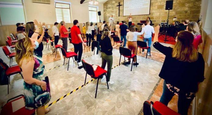Um culto em uma igreja evangélica na Itália, após liberação das autoridades em meio à pandemia da covid-19