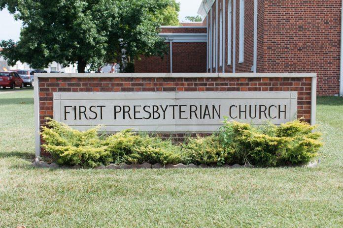 Placa em frente a Primeira Igreja Presbiteriana na cidade de Joplin, no estado de Missouri, nos EUA