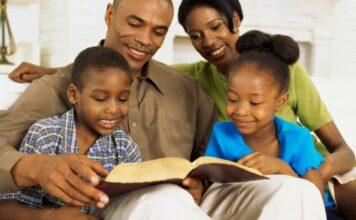 Família lendo a Bíblia