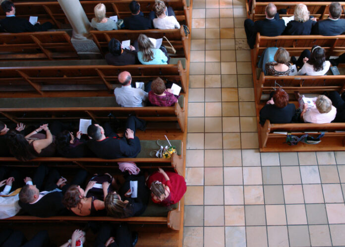 Fiéis durante culto em igreja