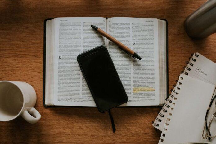 Bíblia e celular (Foto: Nicolas Lobos, Unsplash)