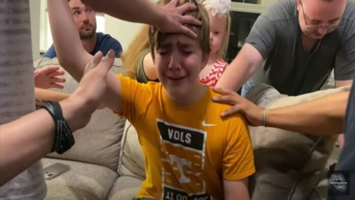 Landon ora e batiza o melhor amigo em culto doméstico. (Foto: Reprodução / GOD TV)