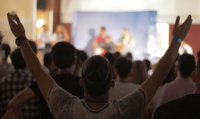 Iranianos em culto de treinamento para ministrar jovens em seu país. (Foto: Elam Ministries)