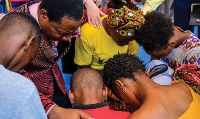 Cristãos angolanos oram a Deus. (Foto: Reprodução / AG News)