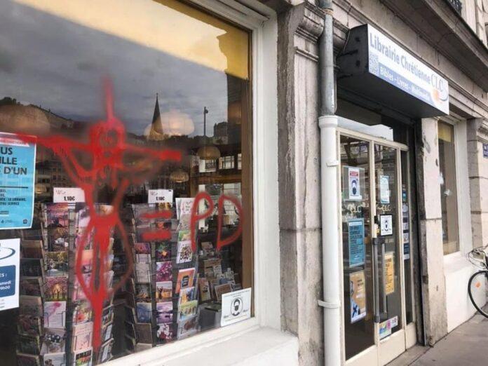 Livraria cristã CLC, na França com pichações anticristãs