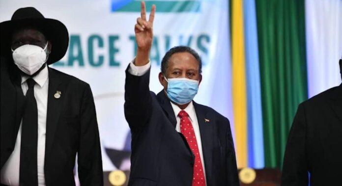 O primeiro ministro do Sudão, Abdullah Hamdok e o presidente do Sudão do Sul, Salva Kiir, (à esquerda), após a assinatura do acordo que põe fim ao status oficial da religião islâmica./ Twitter Memri Spanish.