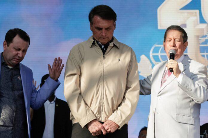 Presidente Jair Bolsonaro entre o missionário R. R. Soares e seu filho, o deputado federal David Soares, em cerimônia de celebração de 40 anos da Igreja Internacional da Graça de Deus (Foto: Carolina Antunes/PR)