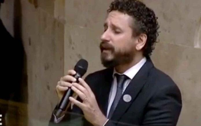 Leonardo Gonçalves cantando na posse do ministro Luiz Fux como novo presidente do STF