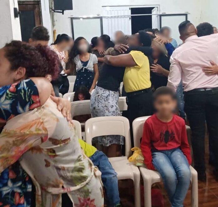 Fiéis se abraçam em igreja durante culto em meio à pandemia - Foto: Reprodução/Facebook