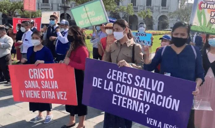 Evangélicos reunidos na Praça San Martin para orar pelo Peru e pedir abertura de igrejas. (Foto: Manuel Rojas)