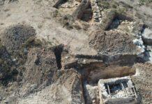 Fotografia da fazenda onde ocorreu o achado, com o micvê visível no canto inferior direito. (Foto: Divulgação/ Abd Ibrahim/ Autoridade de Antiguidades de Israel)