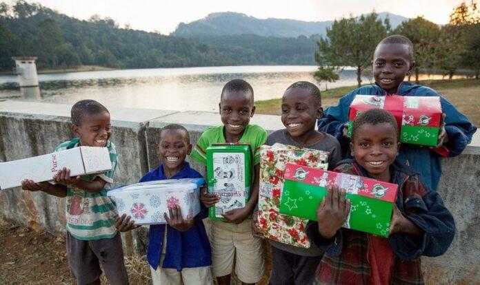 Crianças do Malawi (África) recebem caixas da Operação Natal Criança, promovida anualmente pela organização cristã Bolsa do Samaritano, junto a seus parceiros. (Foto: ExploreClarion)