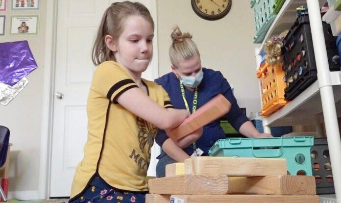 Rosalie Parker brinca com blocos em sua casa enquanto recebe ajuda nas tarefas diárias. (Foto: Nate Eaton/EastIdahoNews)