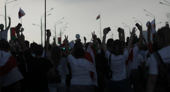 Manifestantes na Bielorrússia.