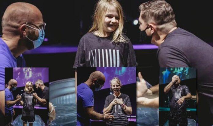 Emma e sua família são batizadas nas águas. (Foto: Reprodução / GOD TV)