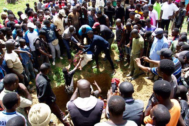 Um enterro em massa na Nigéria