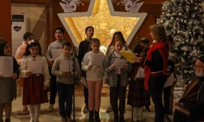 Grupo de 17 crianças deslocadas internamente comemoram o Natal em Erbil, no Iraque