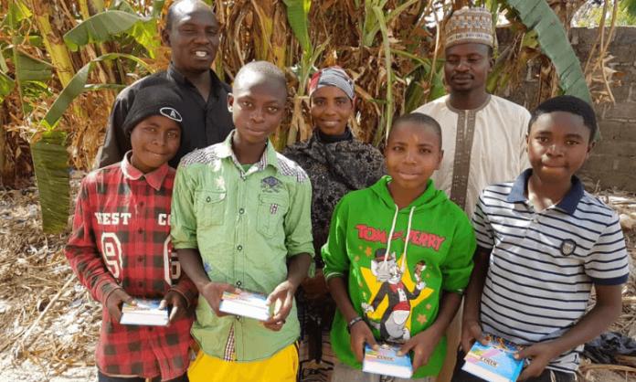 Os jovens que haviam sido sequestrados na Nigéria, receberam auxílio financeiro para as necessidades básicas e Bíblias