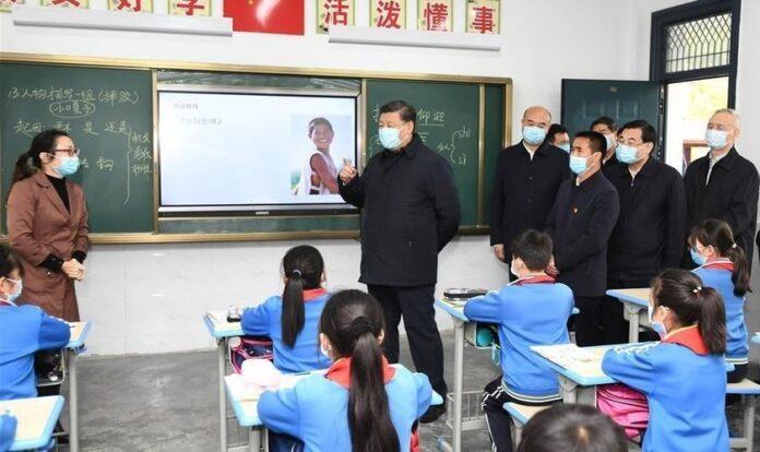 Presidente chinês Xi Jinping visita sala de aula e é recebido por professora, em escola da China. (Foto: News.cn)
