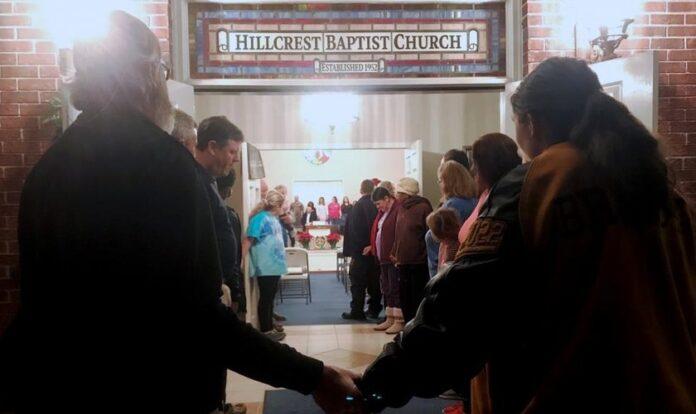 Pessoas deram as mãos para clamar por avivamento em uma igreja batista, na cidade de Savannah, Geórgia, EUA. (Foto: CBN News)