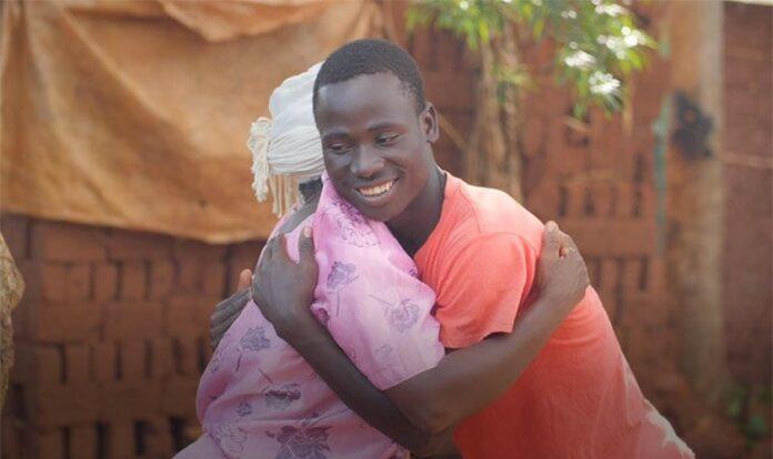 Charles abraça sua mãe Jessica: juntos, eles vivem uma nova perspectiva com Jesus. (Foto: Reprodução / Amazina)