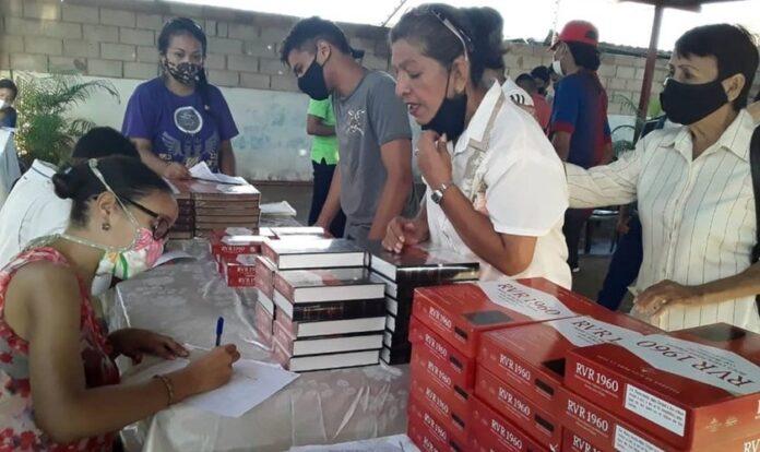 """LifeWay Christian Resources doou quase 30.0000 cópias da Bíblia em espanhol """"Reina Valera"""" (RVR)."""