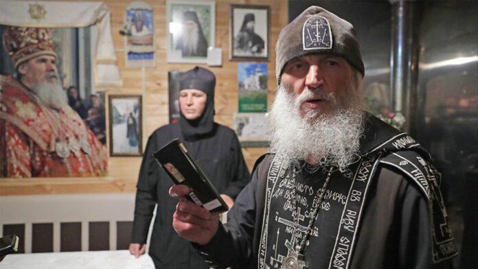 Padre Sergiy, do mosteiro Sredneuralsk, na Rússia, foi preso por negar a Covid-19