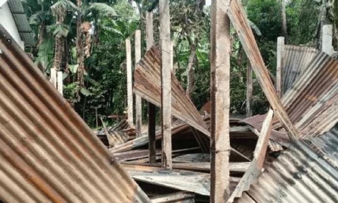 Casas de cristãos em uma vila destruídas, em Bangladesh