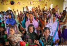 Cristãos durante culto na Índia (Foto: Reprodução / Christian Aid Mission)