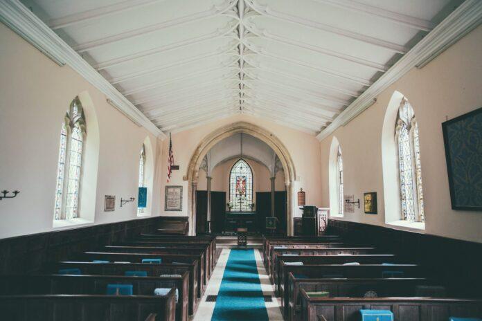 Igreja fechada e vazia no Reino Unido (Foto: Joseph Person-Unsplash