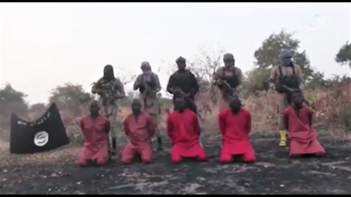 Captura de tela do vídeo divulgado pelo Estado Islâmico mostrando a execução de cristãos no nordeste da Nigéria.