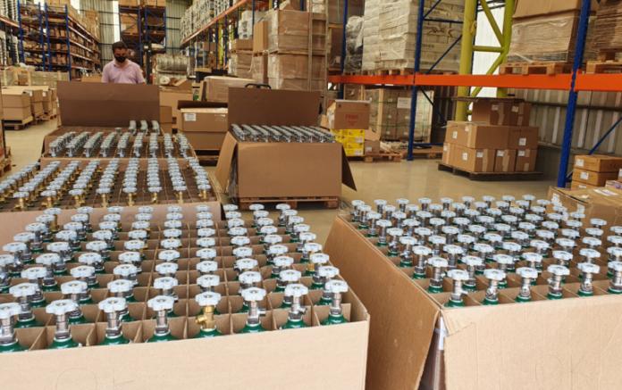 Cilindros de oxigênio doados pela IBAB chegaram Manaus no dia 23 de janeiro (Foto: Divulgação / Visão Mundial Brasil)