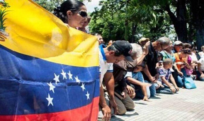 Cristãos orando com a bandeira da Venezuela